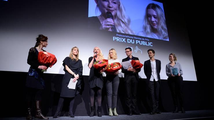 Das Solothurner Publikum wählte als seinen liebsten Film für den «Prix du Public» «Lina» von Regisseur Michael Schaerer (3. v.r.). Mit ihm freuten sich Produzentin Anne Walser (am Mikrofon) und Hauptdarstellerin Rabea Egg (in der Mitte).