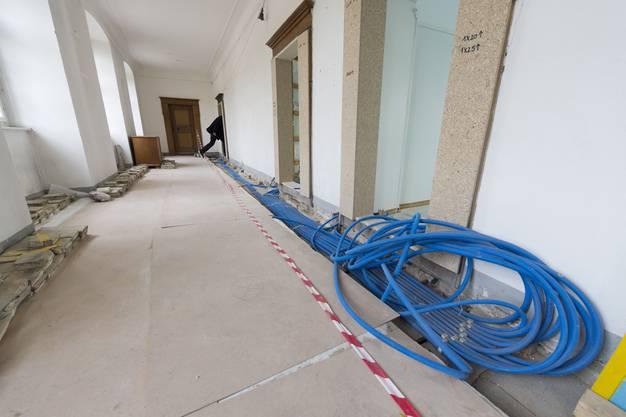 In den Gängen der Propstei werden die elektrischen Leitungen verlegt
