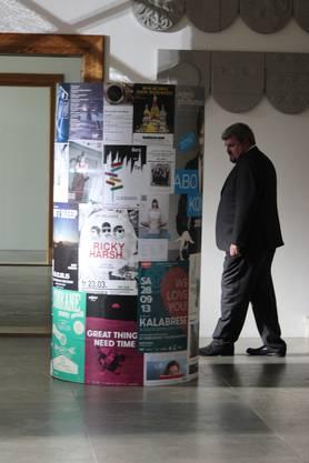 Der Bestatter versteckt sich hinter dieser Plakatwand