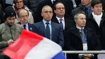 Ausgepfiffen: Präsident Hollande während des Fussballspiels Frankreich - Schweden auf der VIP-Tribüne. IAN LANGSDON/EPA/Key