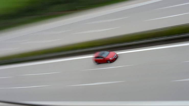 Ein Autofahrer flitze mit 172 km/h über die Autobahn.