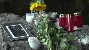 Rund 200 Personen haben sich am Mittwochabend von der verstorbenen Tierpflegerin verabschiedet. Zum Gedenken stehen Sonnenblumen vor dem Tiergehege.