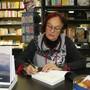 Iris Minder signiert in der Buchhandlung Lüthy ihr neues Buch.