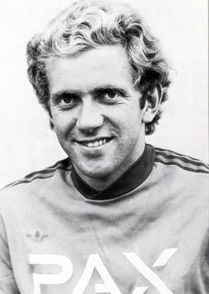 Musste seine Karriere mit 25 Jahren beenden und brachte es danach bis zum Fifa-Schiri.