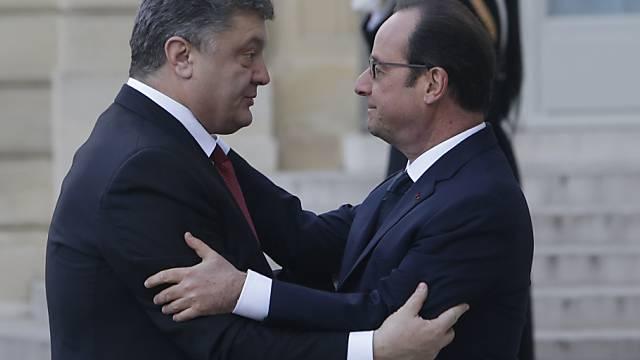Präsident Hollande begrüsst Amtskollegen Poroschenko (l)