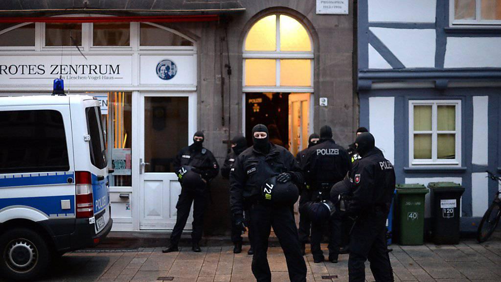"""Polizisten im Einsatz vor dem """"Roten Zentrum"""" in Göttingen."""