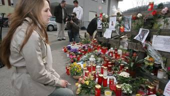 Bewegender Moment: Elsa Trezzini (19) im März vor dem Kerzen- und Blumenmeer zum Gedenken an ihre Schwester Lucie.