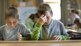 Bei vielen Knaben ist das Wort Streber negativ besetzt, weshalb gewisse Schüler absichtlich schlechte Noten schreiben.
