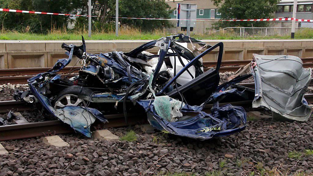 Das Unfallauto wurde auf einem Bahnübergang von einem Zug erfasst und vollständig zerstört