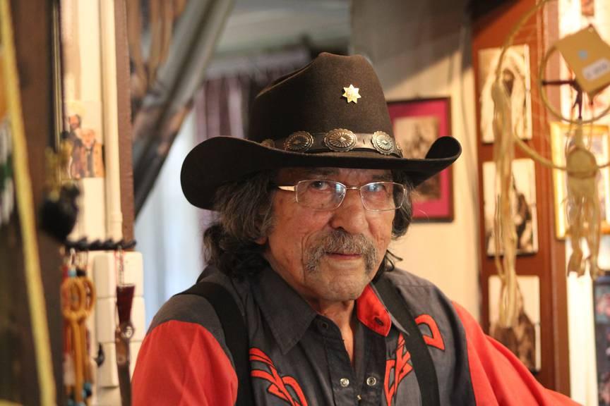 Peter Hüppi zieht seinen Cowboyhut nur zum Schlafen aus. (Bild: Lara Abderhalden)