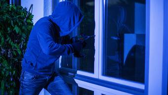 Der Fensterbohrer agiert meistens in der Nacht und kann fast geräuschlos in ein Haus eindringen.  (Symbolbild)