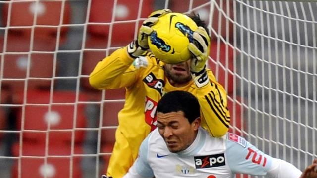 Lausanne-Goalie Favre schnappt sich den Ball vor Amine Chermiti