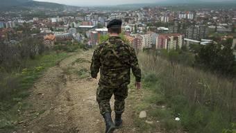 Der Bundesrat will den Einsatz der Swisscoy im Kosovo verlängern, aber den Maximalbestand reduzieren. (Archiv)