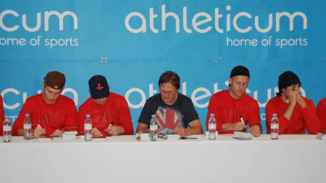 Signieren der Autogrammkarten (v. l.): HCD-Spieler Sven Jung, Félicien Du Bois, Trainer Arno del Curto, Andreas Ambühl. Foto: Daniela Da Silva