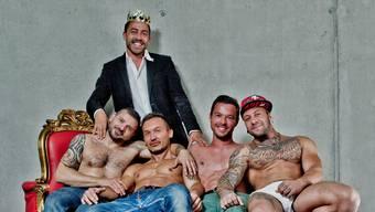 Schwulenparty-König Stephan Willi mit seinen Freunden Salvatore und Nuel (vorne) sowie Yannick und Joachim (hinten).