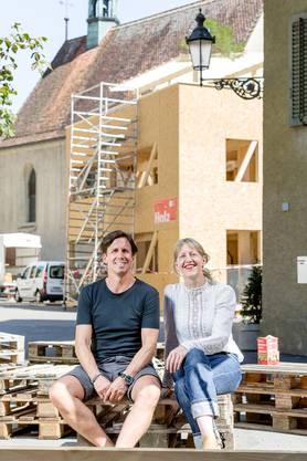 Adi Hirzel, OK-Präsident der Badenfahrt, und Festgestalterin Eliane Zgraggen auuf dem Kirchplatz in Baden.
