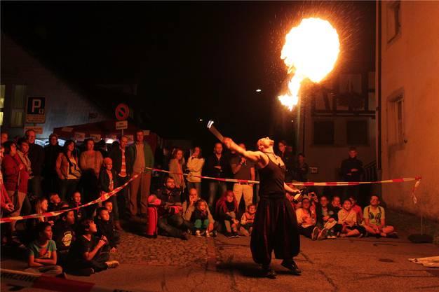 Feuer und Flamme in der Schmittengasse als Höhepunkt des Dorffestes.