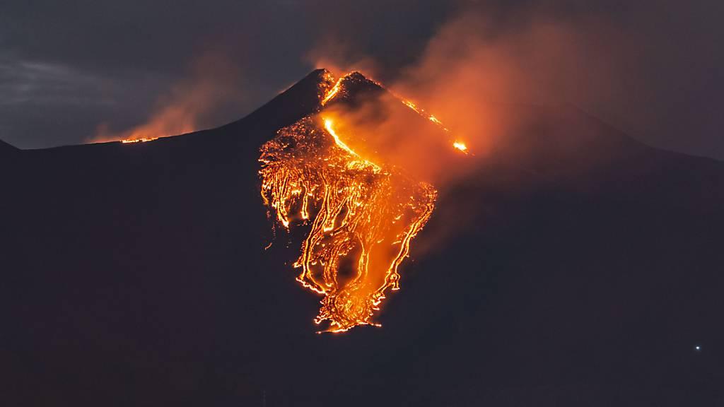 Lava fließt aus dem Vulkan Ätna in der Nähe von Catania. Foto: Salvatore Allegra/AP/dpa