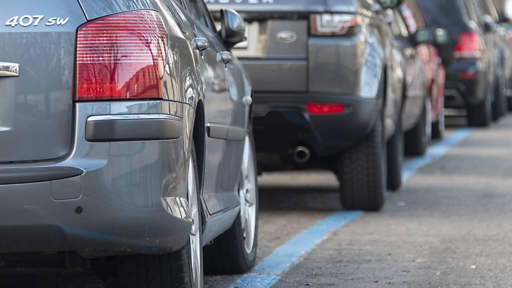 Eine 75-jährige Autolenkerin wurde beim seitlichen Einparkieren eingehend von einer Polizeipatrouille beobachtet. (Symbolbild)