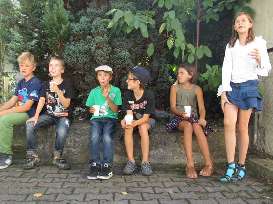 Die kritische Jury diskutiert beim Zvieri, welches wohl der beste Film war - von links Leon (12), Noah (10), Aaron (9), Arthur (10), Alice (11) und Marlene (10)