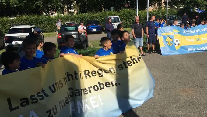 Fussballjuniorinnen und -junioren demonstrieren vor der Parlamentsversammlung in Schlieren