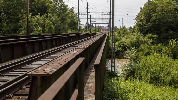 Bei Luterbach führen zwei Eisenbahnbrücken über die Emme.