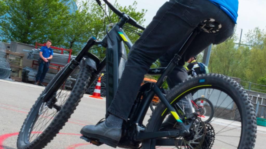 Bub bringt E-Bike-Fahrerin zu Fall