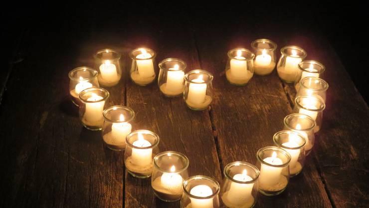 Herz aus Kerzen vor der Endiger Waldhütte.