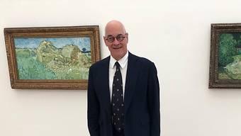 """Ruedi Staechelin, Kopf des Rudolf Staechelin Family Trust, vor einem der bedeutendsten verbliebenen Werke seiner Sammlung: Van Goghs """"Le jardin de Daubigny"""" (rechts), hier einem van Gogh aus der Sammlung Beyeler gegenübergestellt."""