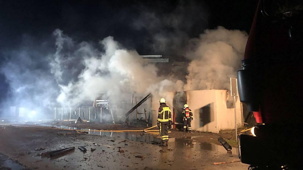 Bei den Löscharbeiten eines brennenden Container kam es am Freitagabend in in Sitten zu einer starken Explosion. Ein Feuerwehrmann wurde dabei leicht verletzt.