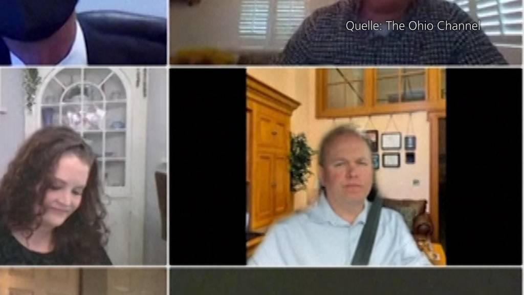 Verräterisches Detail: Senator fährt während Zoom-Call Auto