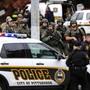 """Spezialkräfte der Polizei sichern das Areal rund um die """"Tree of Life""""-Synagoge im Pittsburgher Viertel Squirrel Hill, wo ein Schütze am Samstag mehrere Schüsse abfeuerte."""