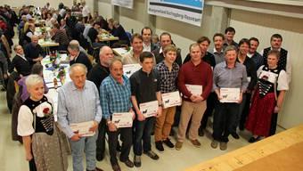 14 Kühe haben über 100 000 Liter Milch produziert Ihre Besitzer erhielten dafür eine Auszeichnung.