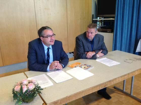 Remo Ankli mit Andreas Walter (r.), Chef des Volksschulamtes