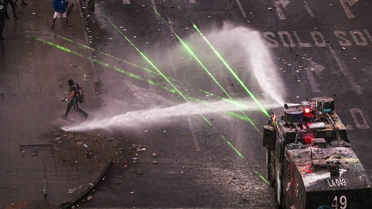 Bei Massenprotesten gegen die Regierung in Chiles Hauptstadt Santiago lieferten sich Demonstranten Strassenschlachten mit der Polizei.