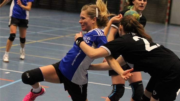 Sara Kijewski vom HC Dietikon-Urdorf wird von Chantal Naumann (rechts) penaltyreif gestoppt.