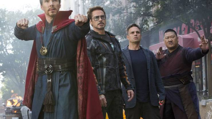 """Szene aus """"Avengers: Infinity War."""" V.l.: Benedict Cumberbatch, Robert Downey Jr., Mark Ruffalo und Benedict Wong. An den nordamerikanischen Kinokassen hatte der Film ein rekordverheissendes Startwochenende. (Archivbild)"""