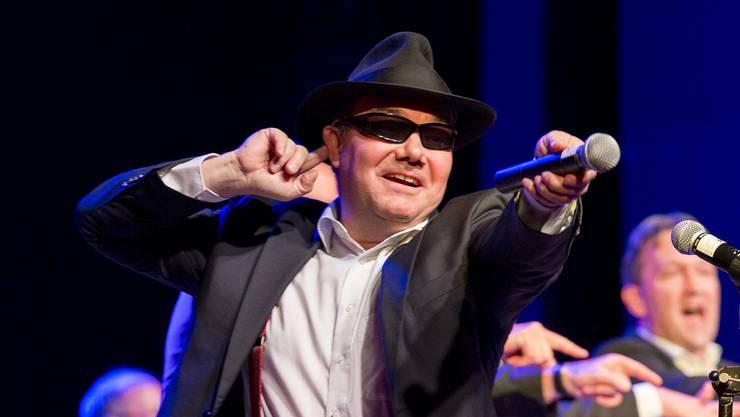 Als Entertainer geboren: Unermüdlich begeistert Bandleader Patrick Dill das Publikum.