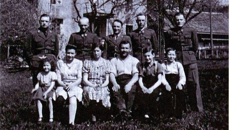 Gruppenbild mit fünf internierten polnischen Offizieren und der Familie Scherer, die den Hof an der Ringlikerstrasse 8 zwischen 1936 und 1949 gepachtet hatte (Aufnahme ca. 1942, in Privatbesitz). ZVG