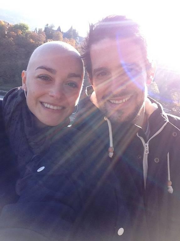 Ronja zusammen mit ihrem Freund. Die Glatze zu verstecken, war für die 30-Jährige keine Option.