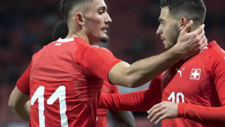 Andi Zeqiri (links) führt die Schweizer U21 mit zwei Toren zum Sieg über Frankreich