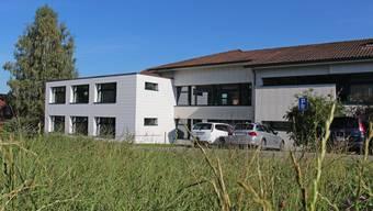 Die dreistöckige Auskragung links am Schulhaus fügt sich geschickt ins Gebäudekonzept ein. Conrelia Bisch