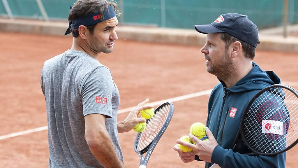 Auf den Plätzen des TC Eaux-Vives in Genf bereits fleissig am Trainieren: Roger Federer (li.) und sein Coach Severin Lüthi
