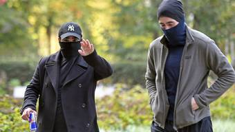 Jung, cool und ein bisschen gefährlich: Zwei Angeklagte präsentieren sich auf dem Weg zum Winterthurer Bezirksgericht.