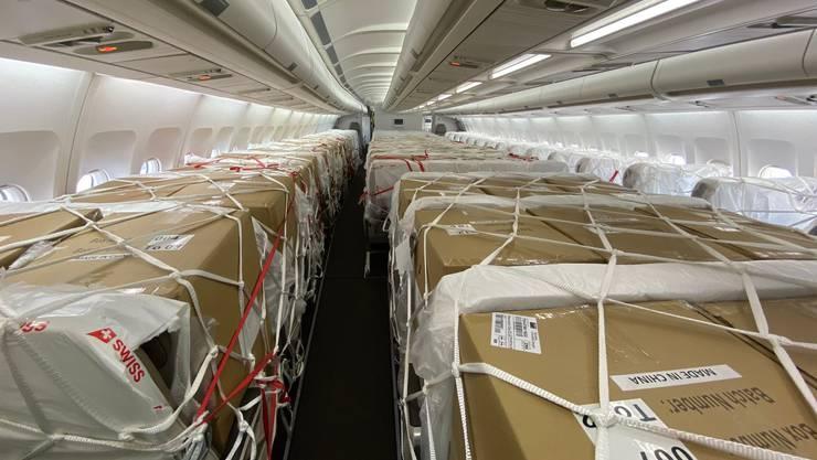 Die Passagierkabine des Airbus A340 ist mit Schutzmaterial beladen.