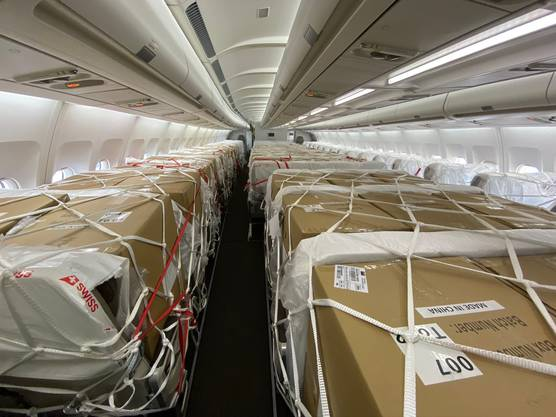 Eine Boeing-777-Maschine der Swiss, in der die Sitze heraus montiert wurden, um der Fracht Platz zu machen.