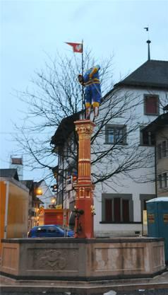 Zur Fasnacht 2012 erlaubten sich die Bürener einen Scherz: Sie stellen eine kopflose Vennerfigur auf den Brunnen.