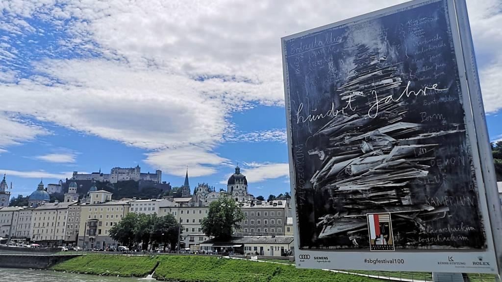 Eine Installation des Künstlers Anselm Kiefer zu «100 Jahre Salzburger Festspiele» steht am Fluss Salzach. Als eines der wenigen Musik- und Theaterfestivals in Europa werden die Salzburger Festspiele in diesem Sommer auch unter den Bedingungen der Corona-Pandemie spielen. Foto: Barbara Gindl/APA/dpa