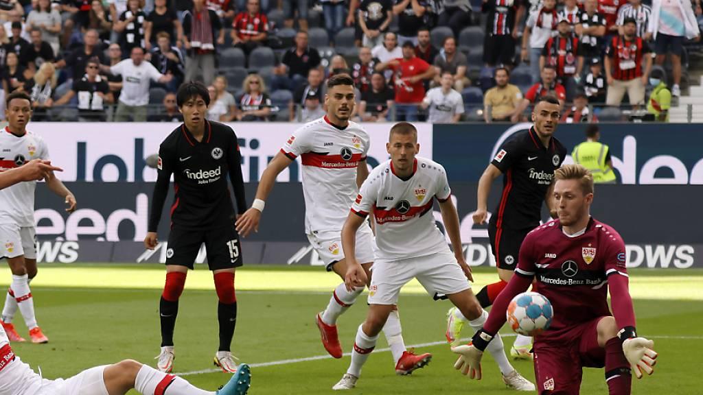 Stuttgarts Goalie Florian Müller ist in Frankfurt reichlich beschäftigt.