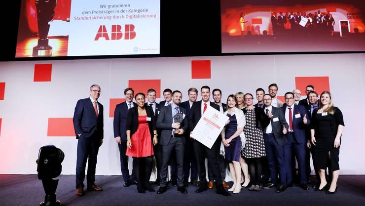Peter Meier, Manager Industrie 4.0 bei ABB Semiconductors (Bildmitte), nahm zusammen mit dem übrigen Projektteam die Auszeichnung entgegen.